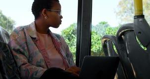 Paare, die selfie am Handy beim Reisen in Bus 4k nehmen stock video