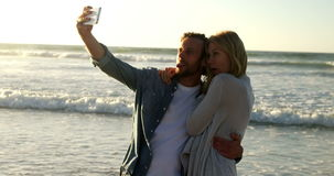 Paare, die Selfie am Handy am Strand nehmen stock footage