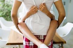 Paare, die Sex auf Küchenarbeitsplatte haben lizenzfreies stockfoto