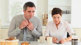 Paare, die sich beeilen, um zu arbeiten Lizenzfreie Stockfotos