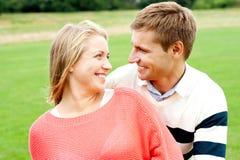 Paare, die sich bewundern und herzlich lächeln stockfotos