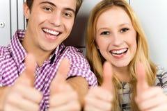 Paare, die sich Daumen zeigen Stockfotos