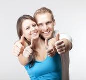 Paare, die sich Daumen zeigen Stockfoto
