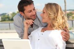 Paare, die sich draußen entspannen Stockfoto