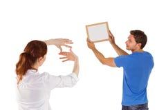 Paare, die sich entscheiden, Bild zu hängen Stockfotografie