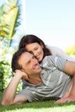 Paare, die sich im Garten hinlegen Stockfoto