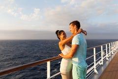 Paare, die sich umarmen stockfotografie