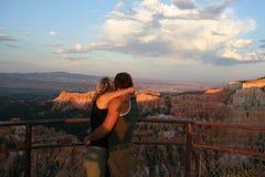 Paare, die sich umarmen Stockbild