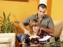 Paare, die sich zu Hause entspannen Stockfotos