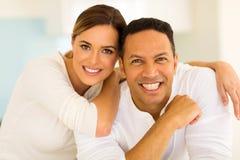 Paare, die sich zu Hause entspannen stockbild