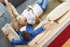Paare, die sich zu Hause entspannen Stockbilder