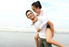 Paare, die Sommerferien genießen Stockfotos