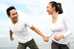 Paare, die Sommerferien genießen Stockfotografie