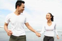 Paare, die Sommerferien genießen Stockbilder