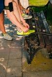 Paare, die in Sommernatur, Ausdehnen, Spitzee binden laufen lizenzfreies stockfoto