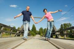 Paare, die Spaß auf Brücke haben lizenzfreie stockfotos