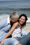 Paare, die Spaß auf dem Strand haben Lizenzfreie Stockfotos