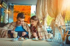 Paare, die Spaß auf einem Datum haben lizenzfreies stockbild