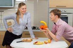 Paare, die Spaß auf einer Küche haben lizenzfreies stockfoto