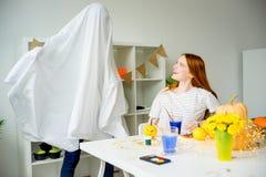 Paare, die Spaß auf Halloween haben Stockfotos