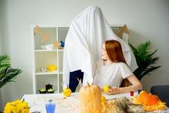 Paare, die Spaß auf Halloween haben Lizenzfreies Stockfoto