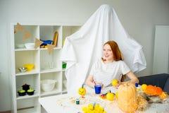 Paare, die Spaß auf Halloween haben Stockfoto