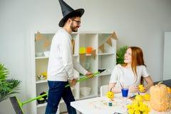 Paare, die Spaß auf Halloween haben Lizenzfreie Stockbilder