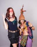 Paare, die Spaß in den Kostümen haben Stockfotografie