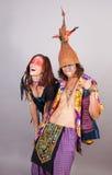 Paare, die Spaß in den Kostümen haben Lizenzfreie Stockfotos