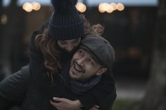 Paare, die Spaß draußen haben lizenzfreies stockfoto