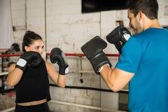 Paare, die Spaß im Boxring haben Stockfotos
