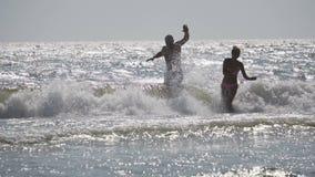 Paare, die Spaß im Meer haben stock footage