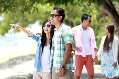 Paare, die Spaß lächeln mit Freunden zusammen, habend Stockbilder