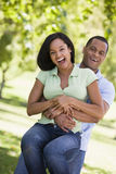 Paare, die spielerisches draußen lächeln sind Stockfotografie