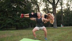 Paare, die Sport im Park tun stock footage