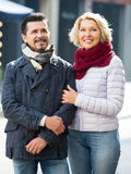 Paare, die in Stadt gehen Lizenzfreies Stockbild