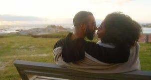 Paare, die am Strand 4k sich küssen stock video