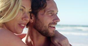 Paare, die am Strand sich umfassen stock video footage
