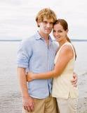 Paare, die am Strand umarmen Stockfoto