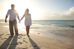 Paare, die in susnset Zeit gehen Lizenzfreie Stockfotografie