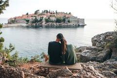 Paare, die Sveti Stefan betrachten lizenzfreie stockfotografie
