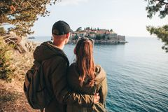 Paare, die Sveti Stefan betrachten lizenzfreies stockbild