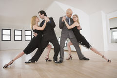 Paare, die Tango tanzen Stockbild