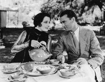 Paare, die Tee draußen trinken (alle dargestellten Personen sind nicht längeres lebendes und kein Zustand existiert Lieferantenga Stockbild