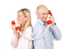 Paare, die am Telefon sprechen Stockbild