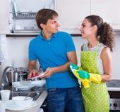 Paare, die Teller abwischen Stockbild