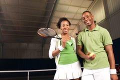 Paare, die Tennis spielen Stockfotos