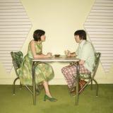 Paare, die am Tisch sitzen. Stockbild