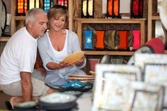 Paare, die Tonwaren am Feiertag schauen Stockbilder