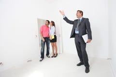 Paare, die um Eigentum gezeigt werden Stockbild